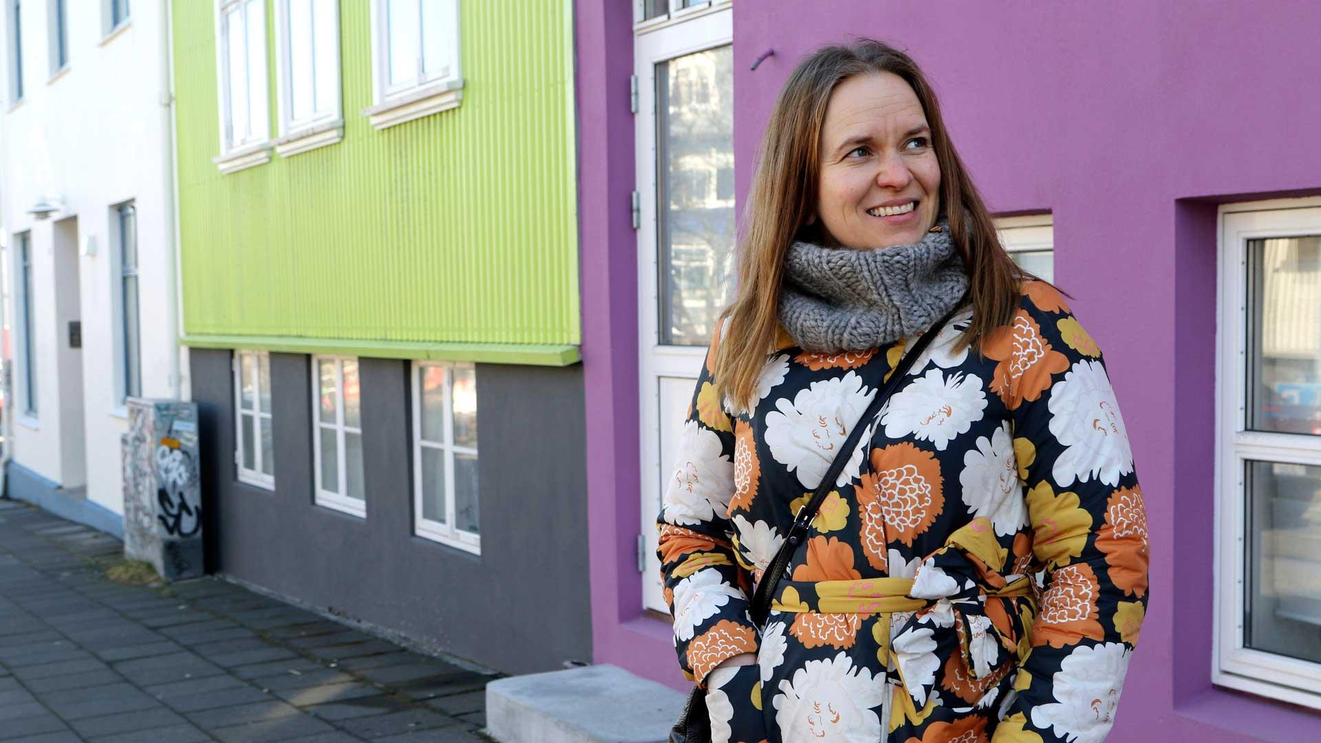 Satu Rämö vertaa Reykjavikin talojen ulkoseinien värejä osuvasti räsymattoon.