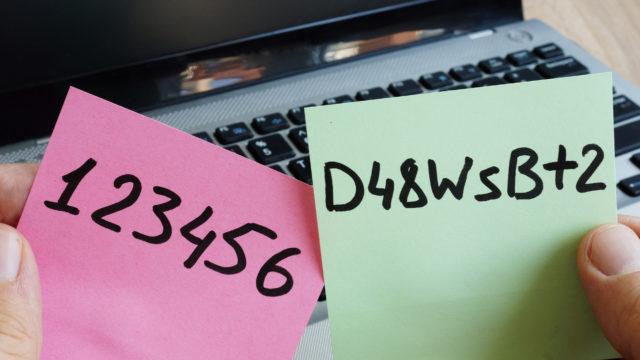 Älä säilytä salasanaa muistilapulla
