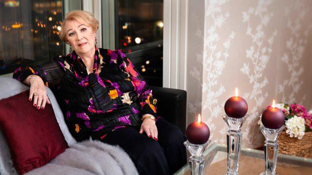 """Valoa Anita Råback-Taipaleen jouluun tuo matka Roni-pojan luokse USA:han. """"Matkalle lähtö ilahduttaa, mutta kyllä minä toivoisin, että Reijo olisi tässä valmiina lähtemään mukaan."""""""