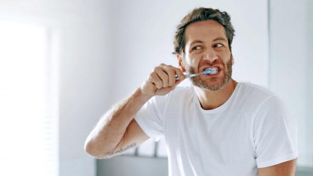 Kotikonstina kannattaa kokeilla kielen kevyttä harjaamista hammasharjalla aamulla ja illalla. Kieli ei tarvitse hammastahnaa.