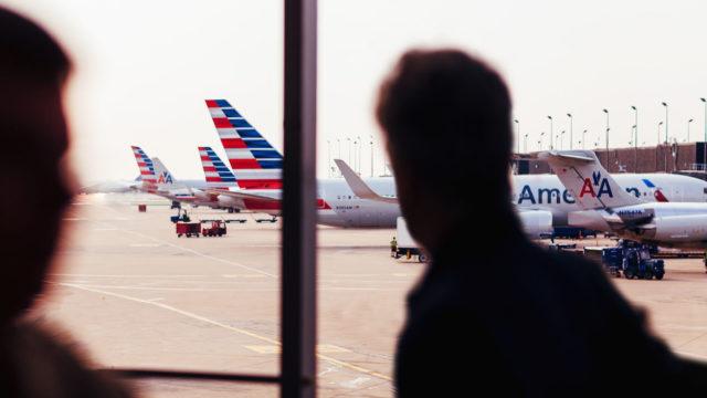 Useassa muussakin onnettomuustutkinnassa on huomattu matkustajien ottavan käsimatkatavaroita mukaansa evakuointitilanteessa. Esimerkkeinä esim. British Airways Las Vegasissa 2015, American Airlines Chicagossa sekä Emirates Airlines Dubaissa 2016, joissa sekä tutkintaselostuksissa että julkisuuteen lähetetyistä videomateriaalista on hyvin nähtävissä mukana raahatut käsimatkatavarat.