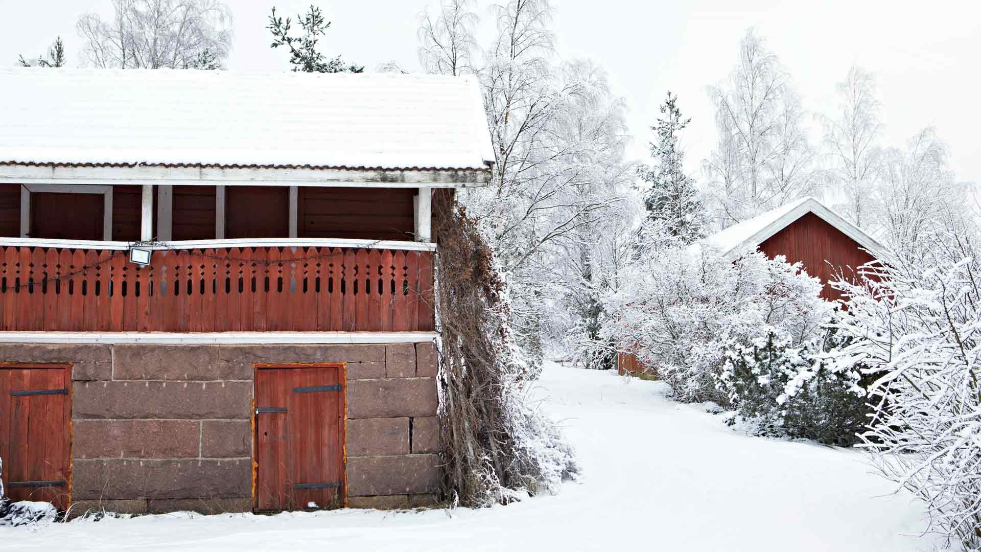Tilan vanha aitta on vuodelta 1870 ja se on suojeltu. Aitta ja tilan pieni asuinrakennus eli torppa ovat seuraavana entisöintilistalla.