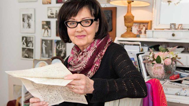 Eila Ilenius on löytänyt vanhempiensa sota-ajan kirjeistä suurta kaipausta ja kotirintaman rohkaisevia lauseita.