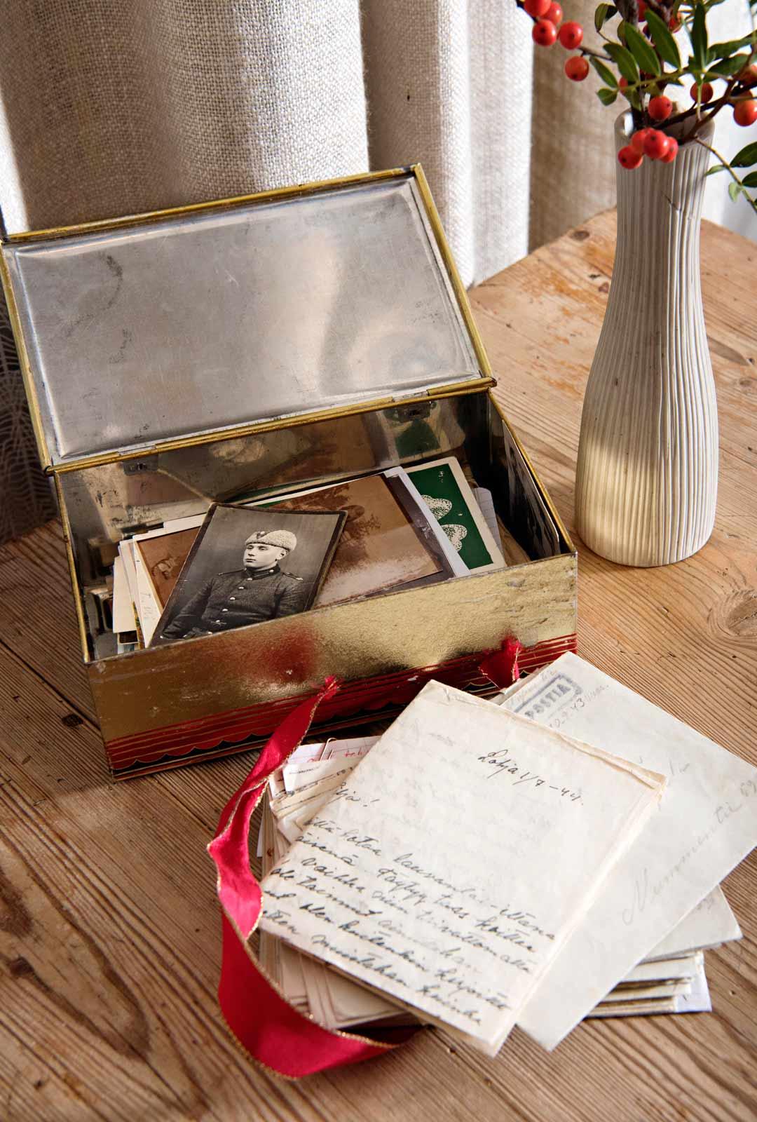 Eila Ileniuksen aarrelaatikossa on lukuisia kirjeitä rintamalta ja sota-aikaisia valokuvia. Postin kulku oli elintärkeää.
