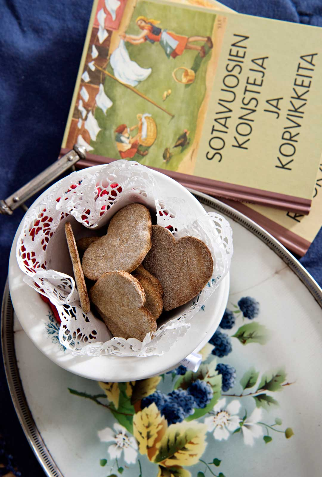Eila Ilenius muistaa sota-vuosista ennen kaikkea niukkuuden. Ajan piparkakut leivottiin ruisjauhoihin.