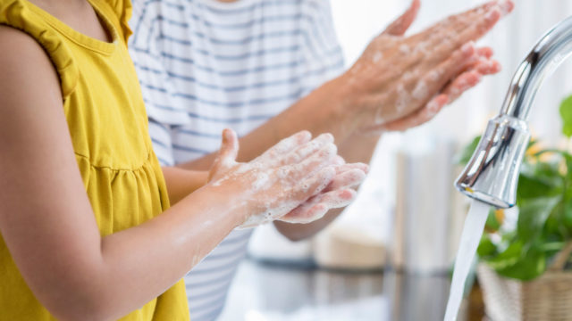 Käsienpesu voi laskea hengitystieinfektion riskiä jopa puolella.
