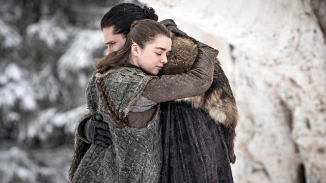 Kahdeksannen kauden alussa elossa olevien Starkien kohtaamisessa on tunetta. Kuvassa Jon Nietos (Kit Hargton) ja Arya Stark (Masie Williams).