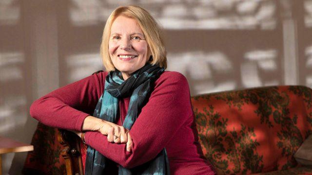 Heidi Köngäs jäi tämän vuoden alussa eläkkeelle Yleisradiosta, jossa hän työskenteli ohjaajana. Kirjailijan työ jatkuu; esikoisromaaninsa Köngäs julkaisi 45-vuotiaana.