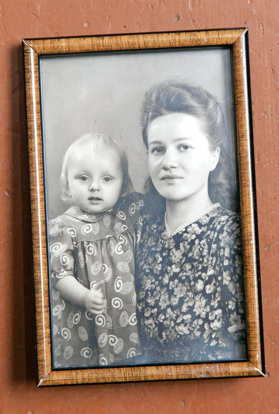 Mirjami-romaanissa kerrotaan myös sukulaistytöstä, joka on kuvassa Könkään äidin kanssa. Tytön oma äiti menehtyi kurkkumätään.