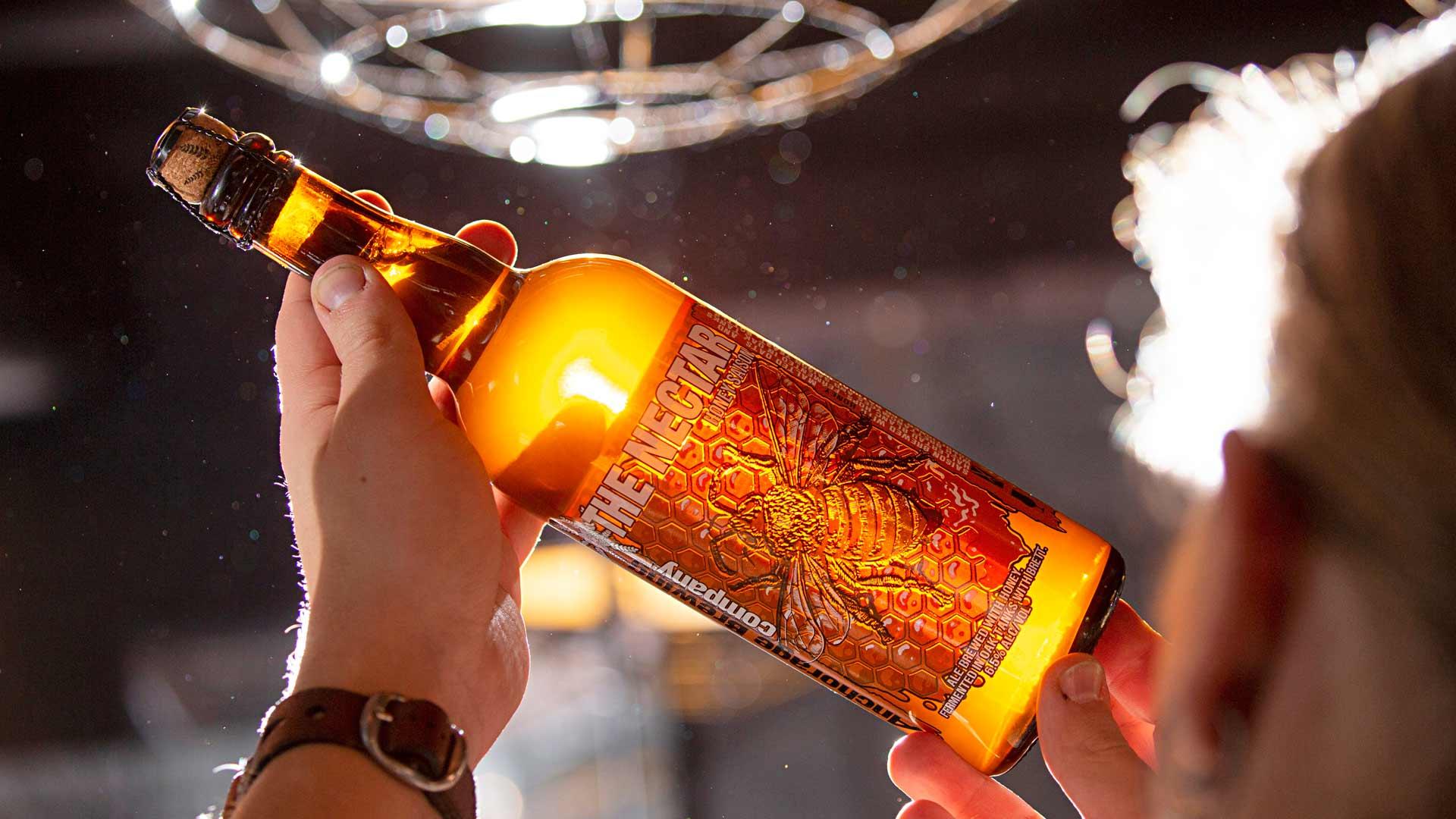 Alaskalainen Anchorage-panimo on käyttänyt saison-oluensa makeuttamiseen hunajaa.