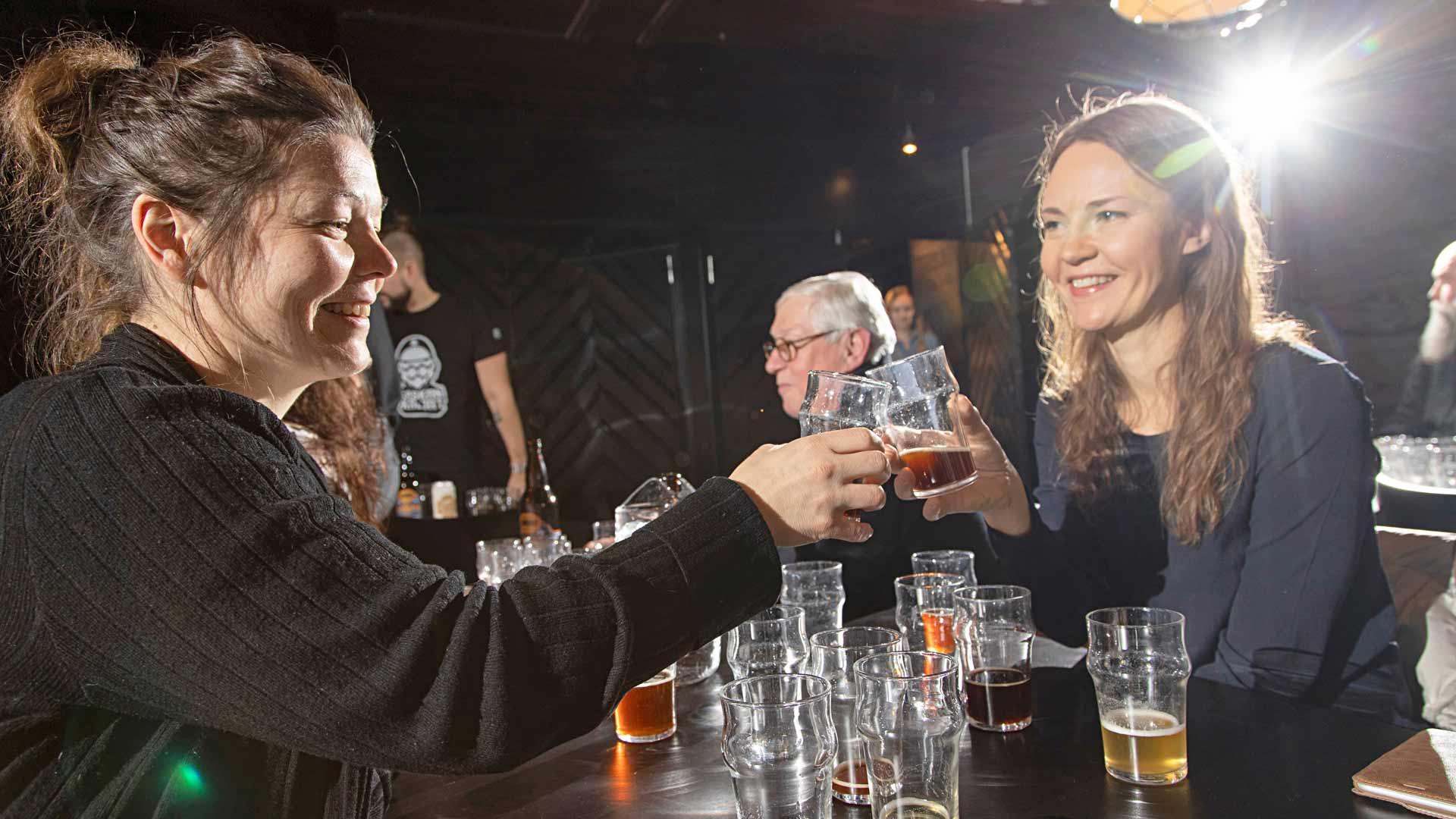 Tanja (vas.) ja Anu ovat ensimmäisessä olutmaistelussaan.