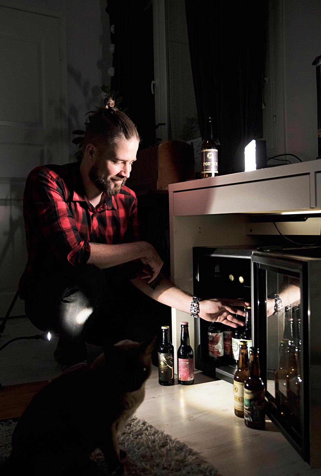 Kotona Joensuussa Jaska säilyttää oluitaan viinikaapissa, jonka lämpötila on kuusi–seitsemän astetta.