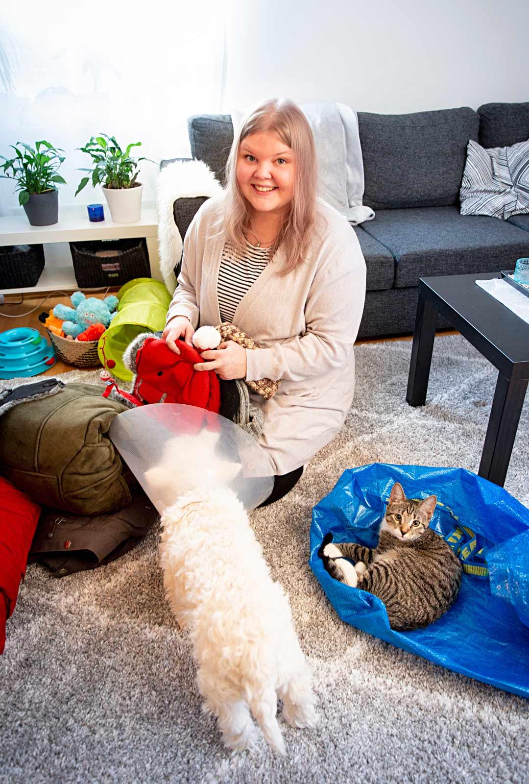 Vapaaehtoistyö on arkea myös Tiialle. Hän hakee ompeluseuralle vaate- ja materiaalilahjoituksia ja käyttää koiraansa vapaa-aikana tervehtimässä palvelutalon asukkaita.