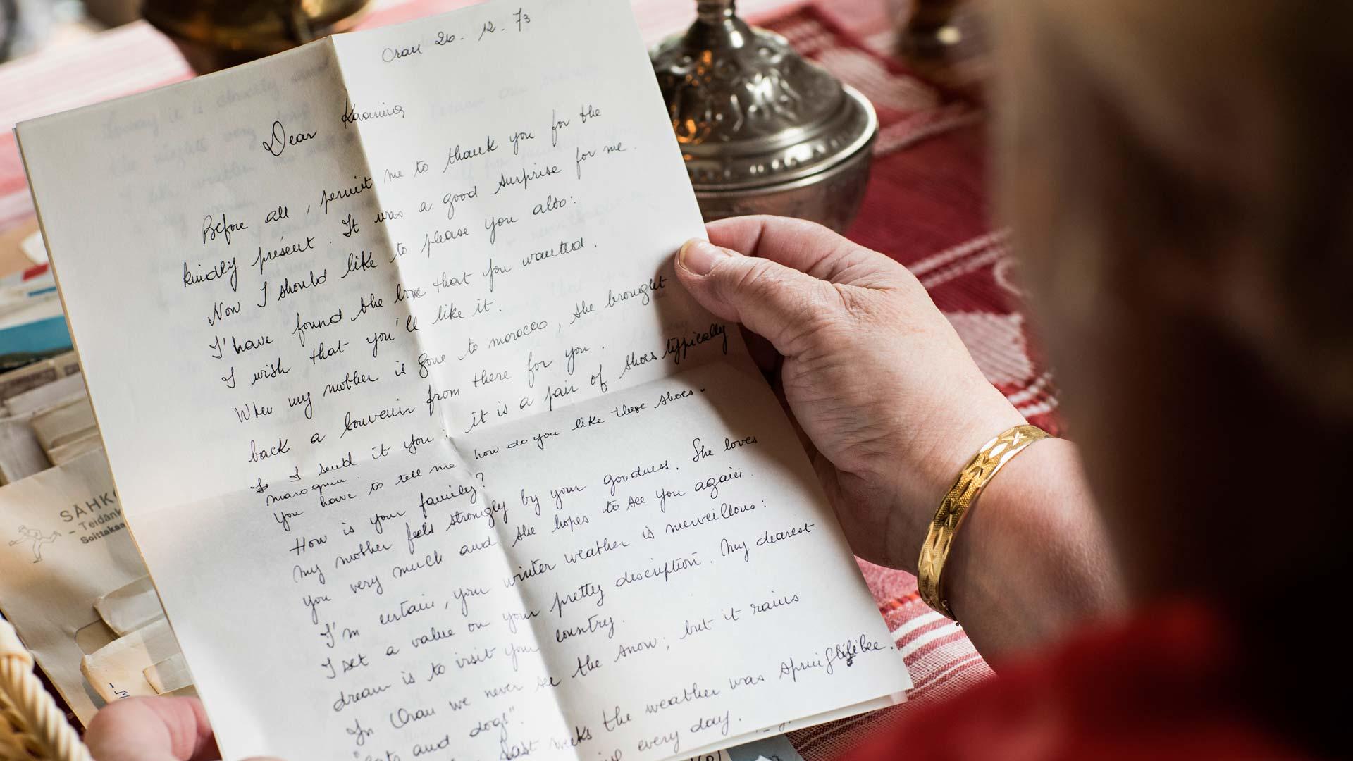 Kirjeet tempaavat Kaarinan takaisin vuosikymmenien takaisiin tunnelmiin. Silloin tämä hetki katoaa.