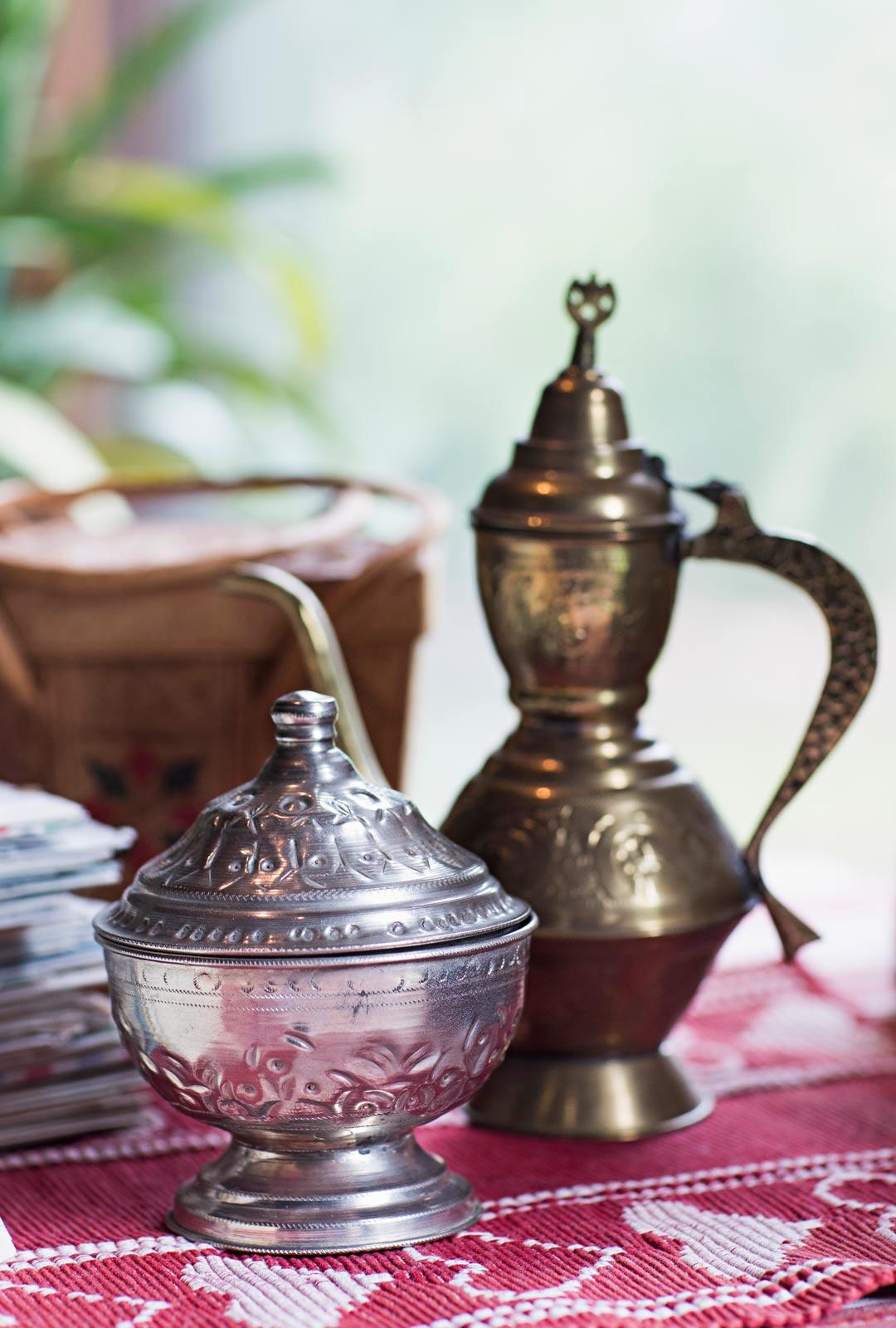 Kaarinalle on kertynyt kauniita algerialaisia esineitä, kuten sokeriastia ja teekannu.