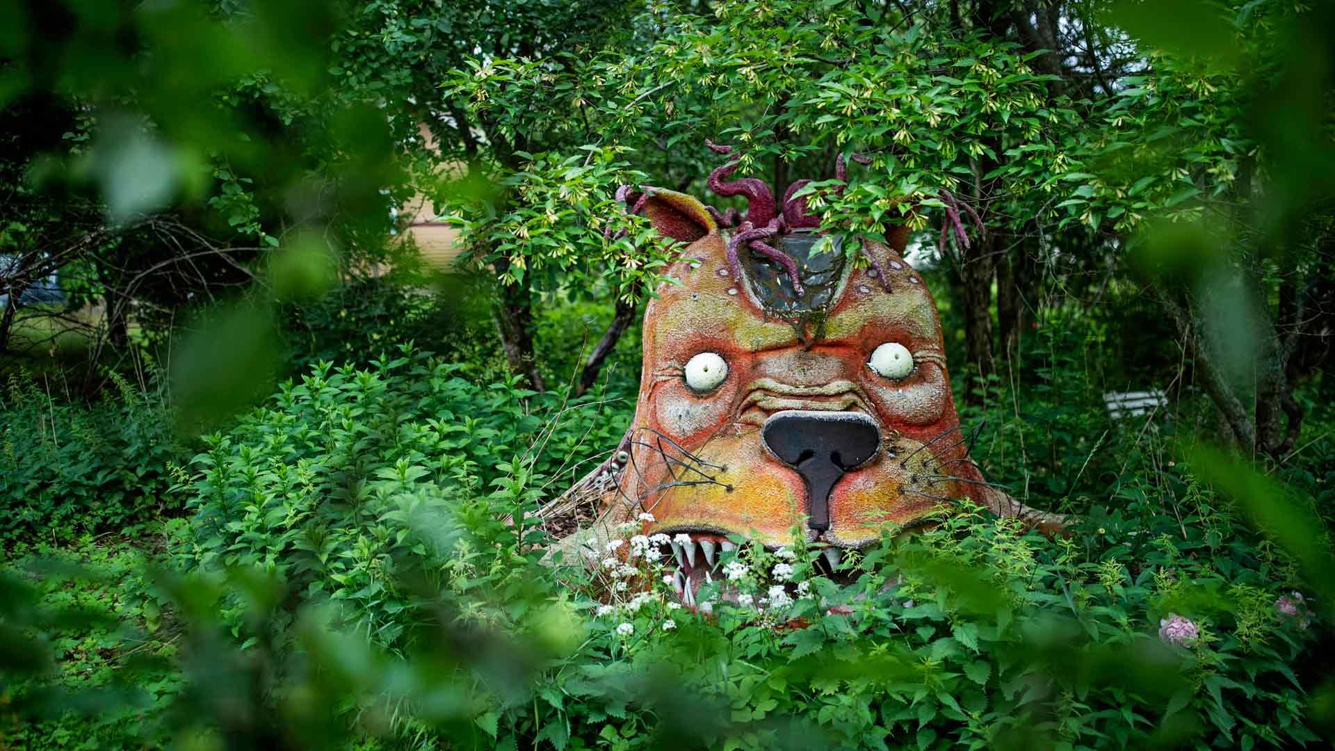 Isolla pihalla on paljon taidetta. Pihalle on päässyt myös Suvin Koirien Kalevalaan tekemä lavaste.