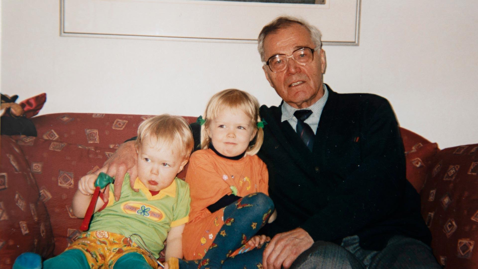 Sisarukset Otso ja Vilja (alh.) vierailivat usein Tampereen mummolassa.