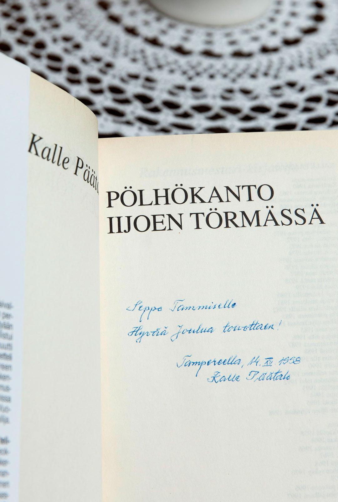 Kalle Päätalo lähetti uuden kirjansa aina pojalleen joululahjaksi. Kirjakokoelma on nyt Mikon hyllyssä.