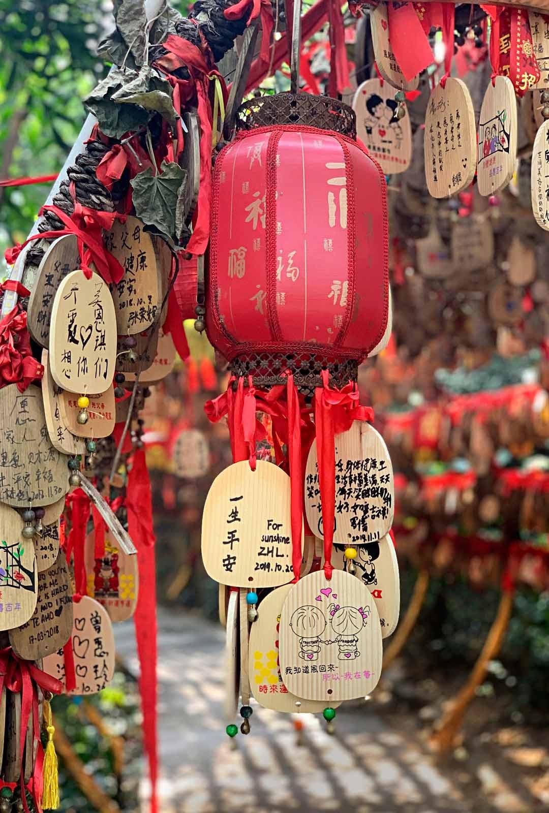 Kun kipuaa ylös Baiyun-vuorelle, kannattaa pysähtyä kujalle, jonne kiinalaiset solmivat toivein ja rukouksin höystettyjä koristeita. Niitä myydään samalla tasanteella sijaitsevassa kojussa.