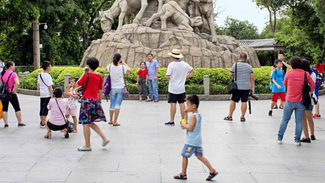 Yuexiu-puiston vetonaula, viittä vuohta kuvaava Statue of Five Rams -veistos on Kantonin symboli.