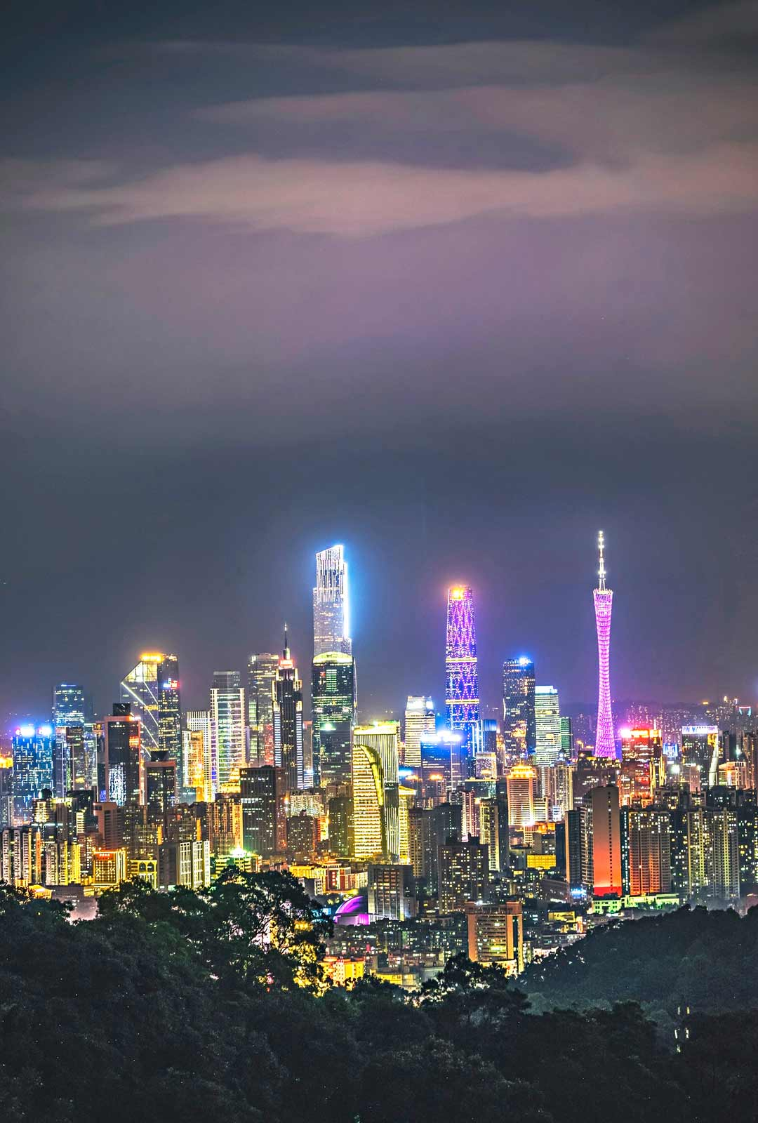 Öiseen aikaan Kantonin keskusta tursuaa neonvaloja. Oikealla näkyvä Kantonin tv-torni on kaupungin ylpeys.