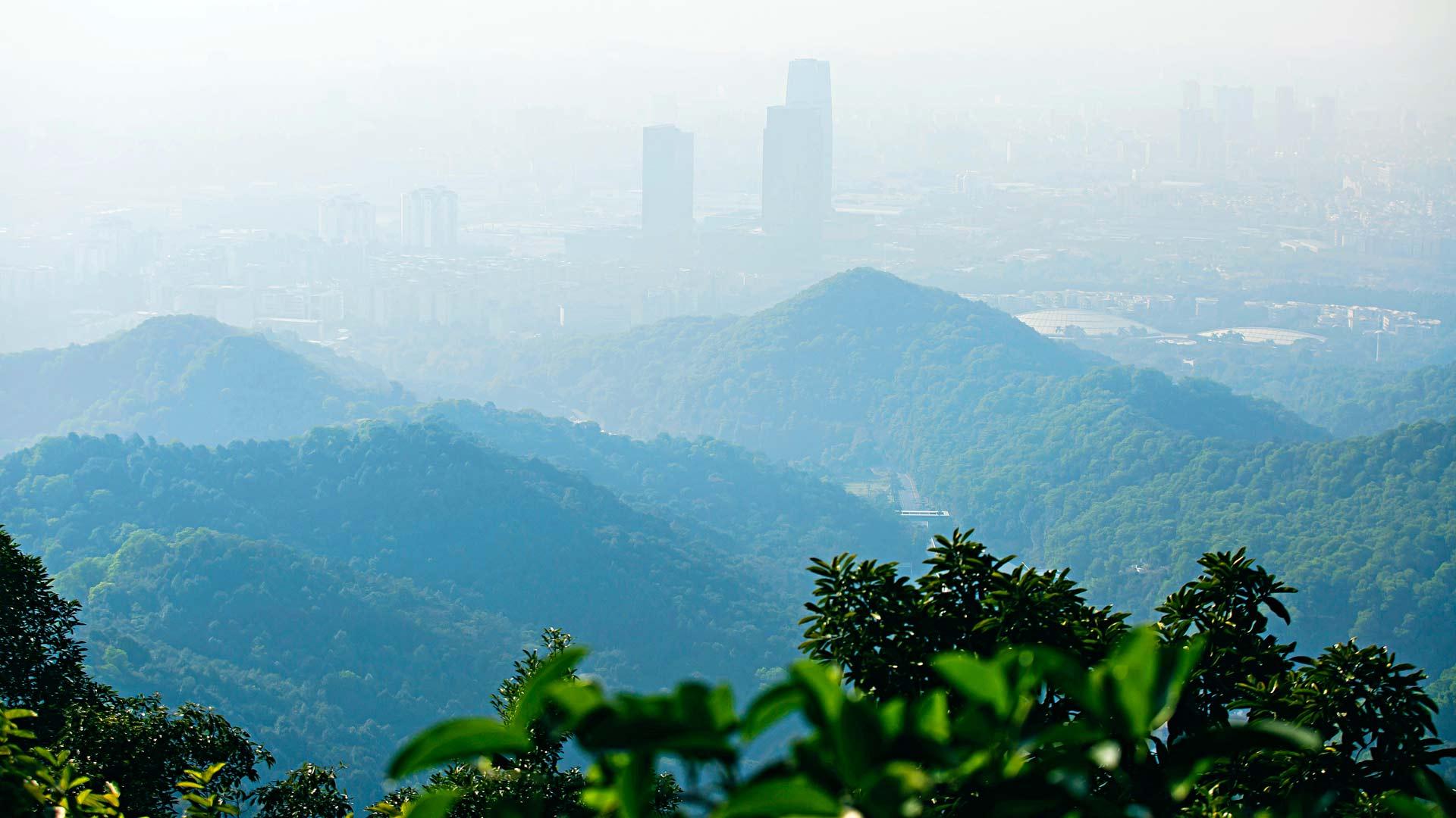 Baiyun-vuoren näkymät ovat usein melko usvaiset. Silti sen huippu on ollut suosittu patikointikohde jo parin tuhannen vuoden ajan.