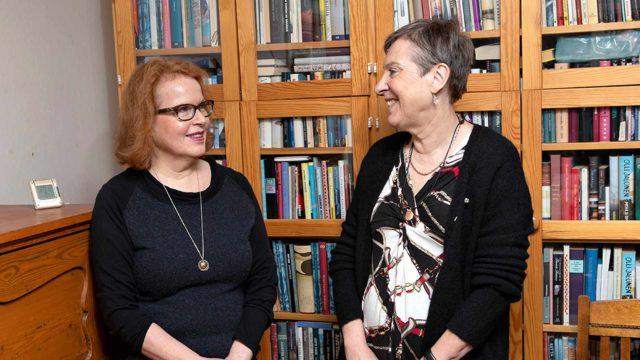 Kirjailija Riitta Jalonen kertoi toimittaja Marja-Terttu Yli-Sirniölle, että hän kirjoittaa romaaninsa ensin käsin, ja siirtää ne sitten tietokoneelle.