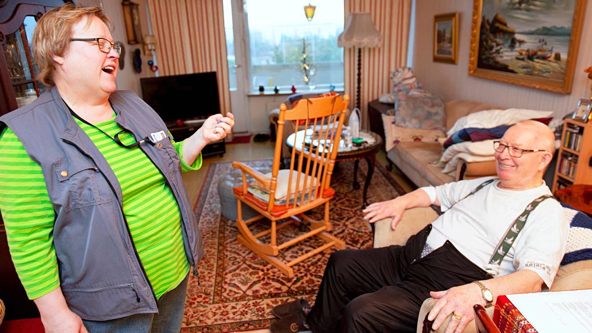Auli Rantanen ja Lauri Hiltunen ovat tuttuja pitkältä ajalta, joten juttelu sujuu ja nauru raikaa.
