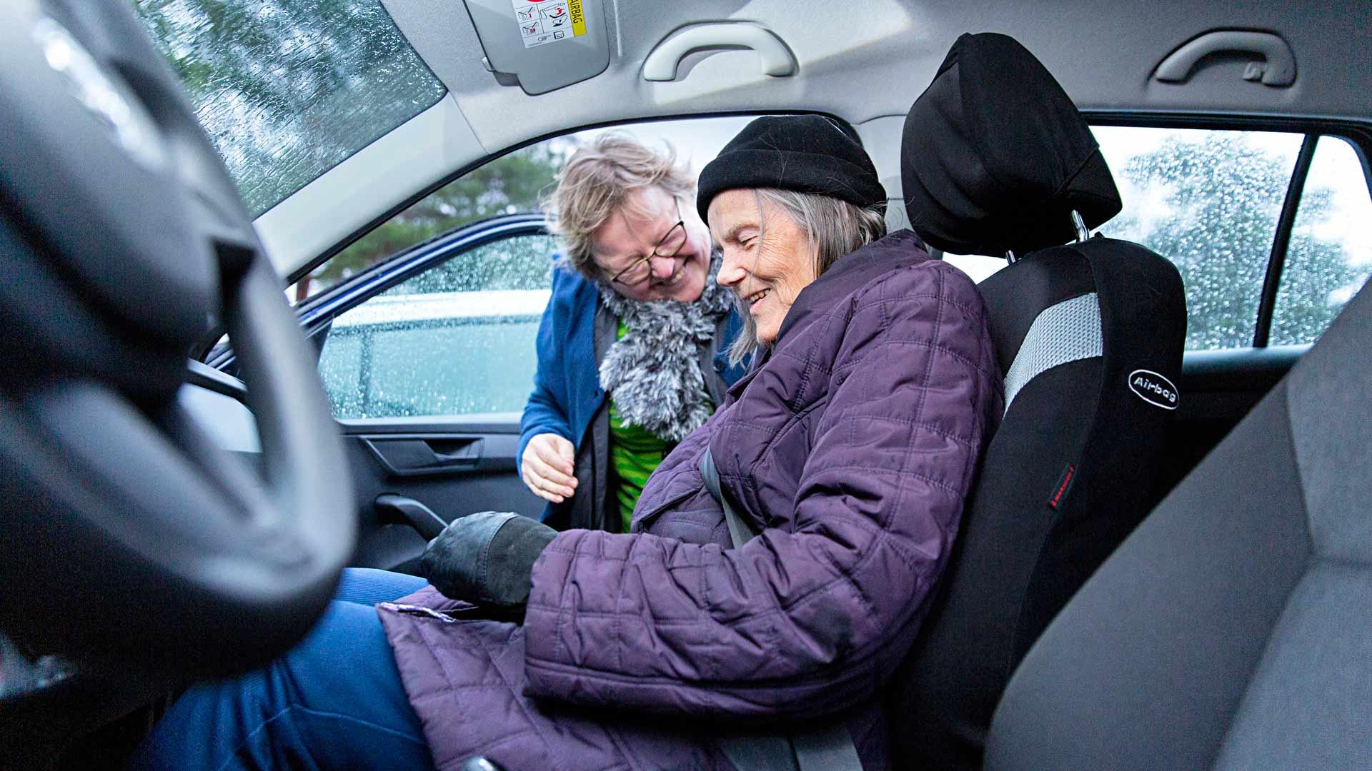 Auli Rantasta ja Anneli Leppästä laulattaa vielä automatkalla Annelin kotiin.