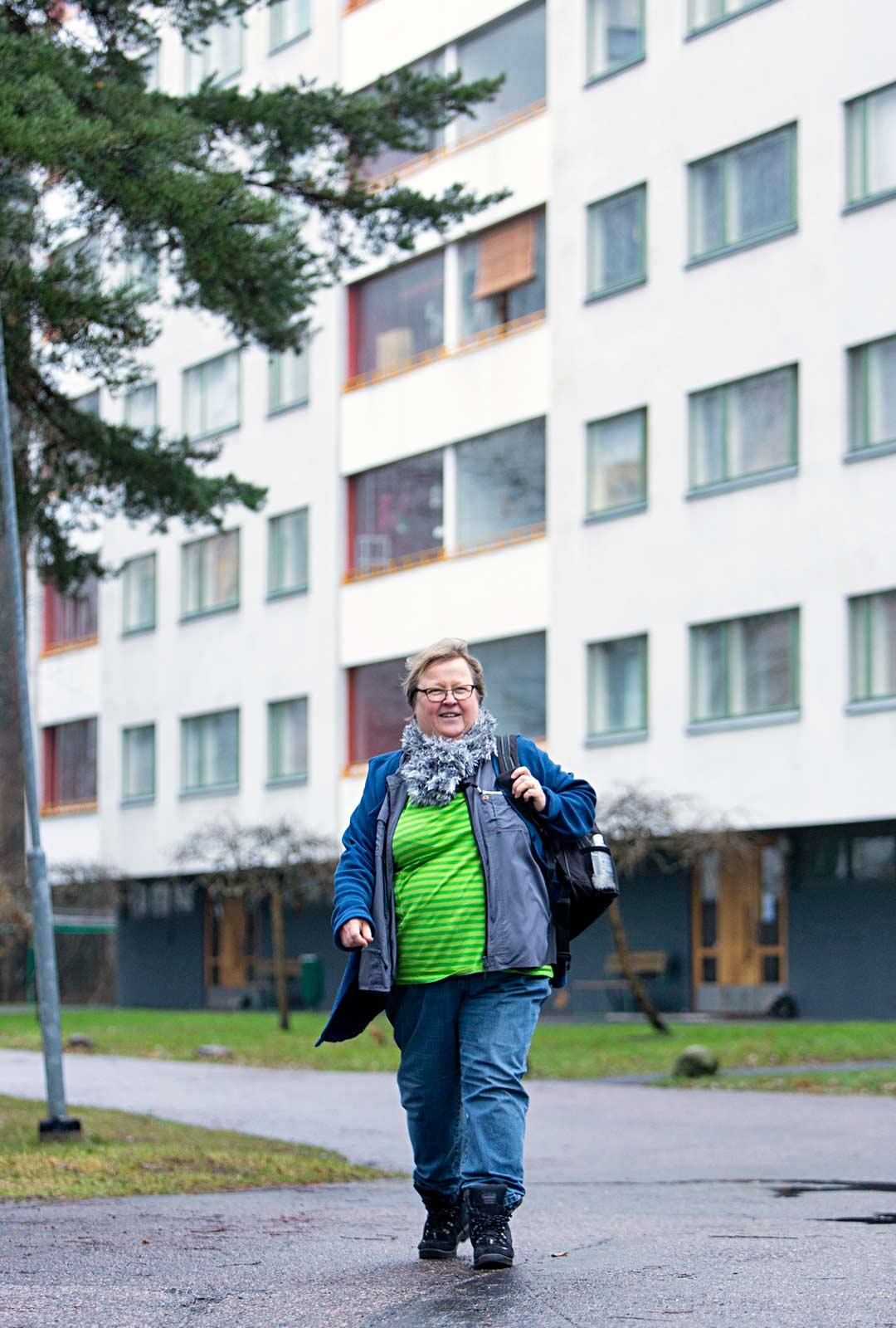 Lähihoitaja Auli Rantanen on jäämässä eläkkeelle viiden vuoden päästä, mutta hän loistaa vanhusten parissa.
