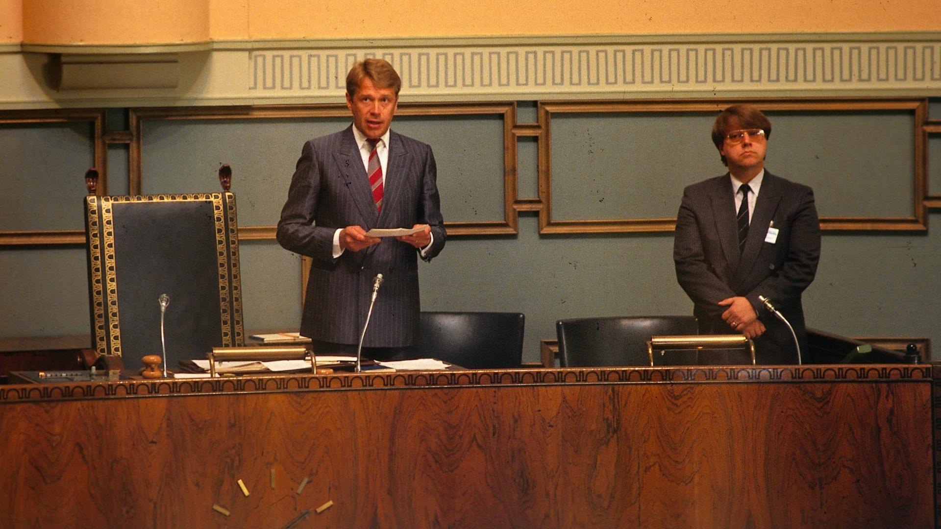 Sosialidemokraatteja edustava poliitikko Matti Ahde toimi eduskunnan puhemiehenä vuosina 1987–1989.