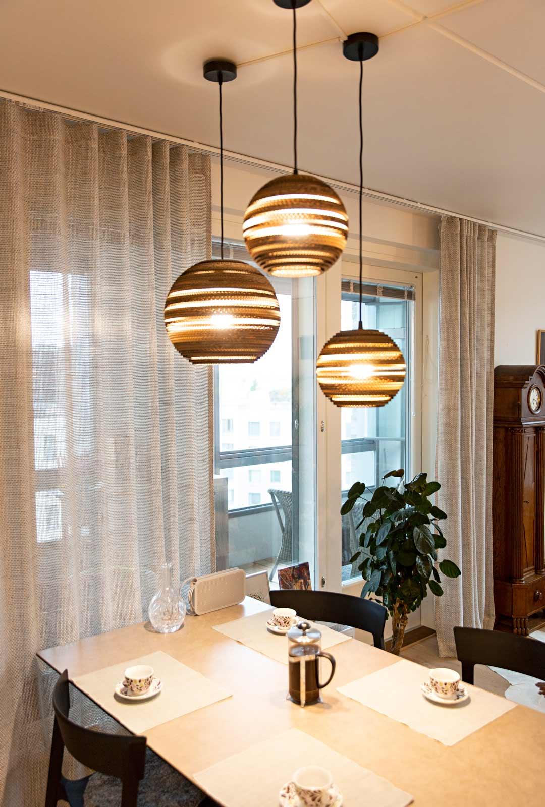 Kodin sisustus on moderni, valoisa ja pelkistetty, sillä omakotitalosta muuttaminen karsi tavaroita.