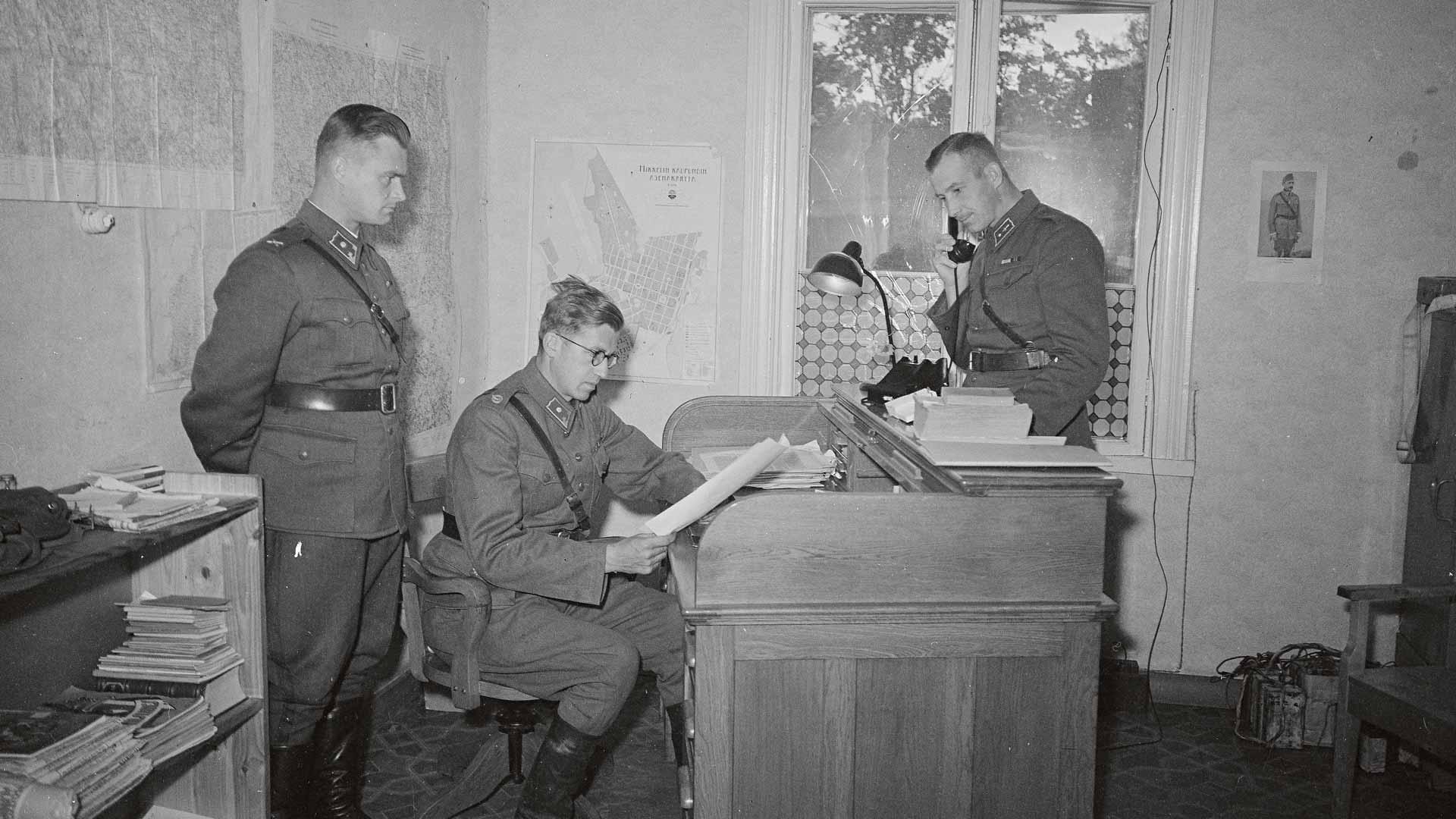 Kirjoituspöytä, paperisia kortistoja ja puhelin: keväällä 1943 Gösta Falck, Pentti Ignatius ja Sulo Kaunisharju saivat pärjätä vähäisillä työvälineillä.
