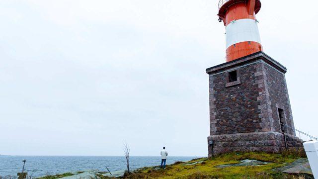 Mart Vahter etsii Harmajan majakkasaarella katseellaan luotoa, jolle hän saapui neljä vuosikymmentä sitten. Pakomatka mullisti hänen elämänsä.