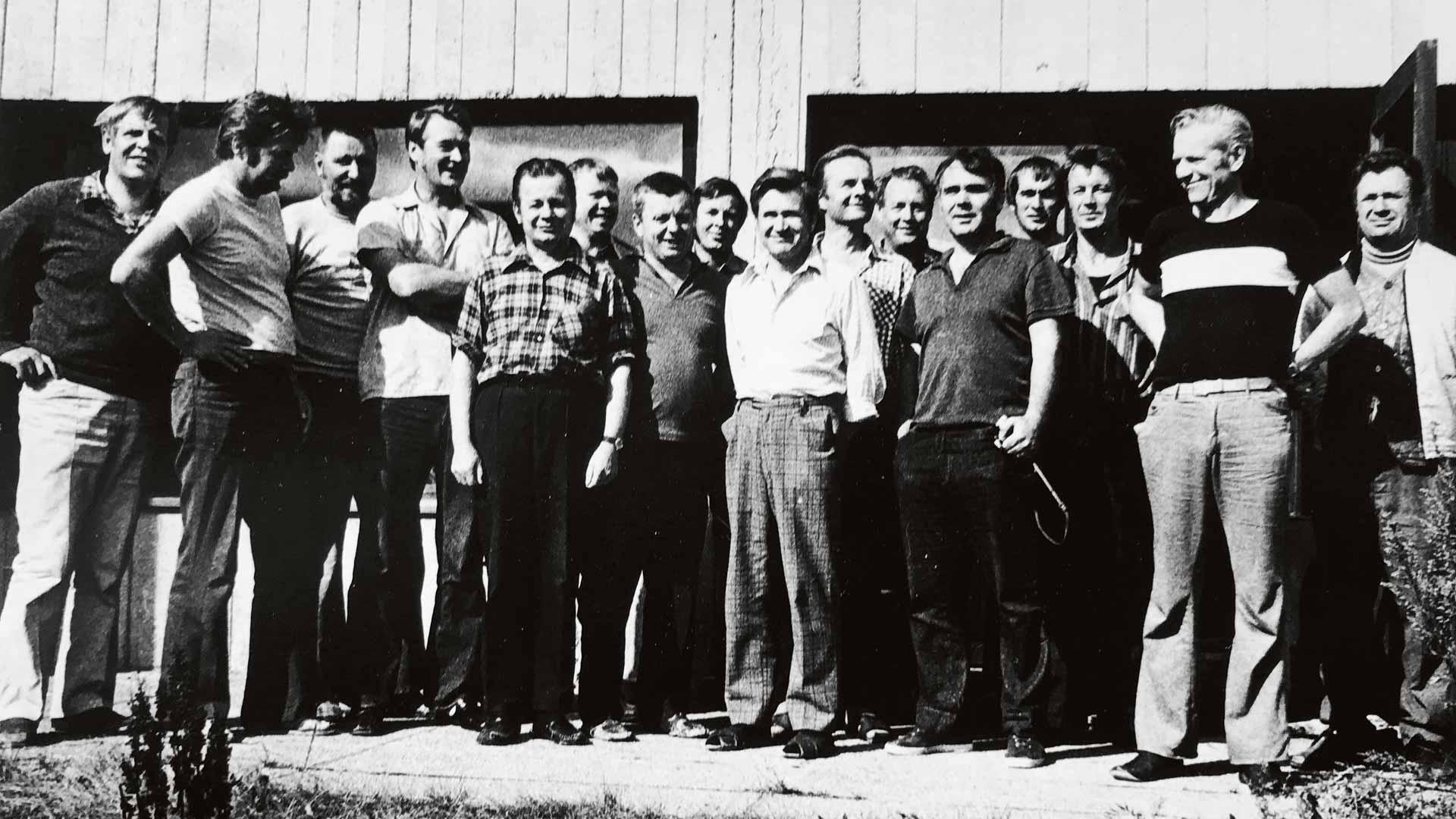 Harmajan luotsiaseman henkilökunta retkellä 1976. Jukka Keto äärimmäisenä vasemmalla ja Ole Sundberg äärimmäisenä oikealla.