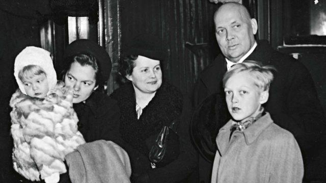 Frans Emil Sillanpää saapui Tukholmaan Nobel-juhliin junalla pohjoisen kautta. Hänen mukanaan matkustivat vaimo Anna Armia (o.s. von Hertzen) ja lapsista kolme eli 16-vuotias Paula, 1,5-vuotias Kristiina sekä 12-vuotias Juhani.