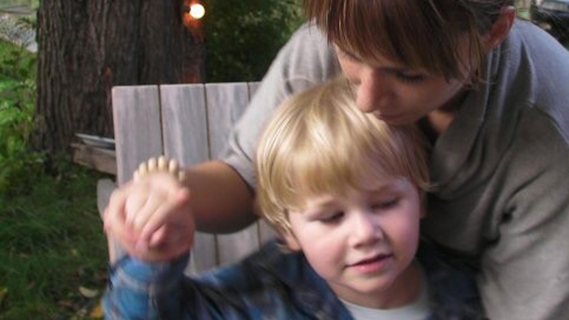 Nuutilla todettiin lapsuusiän autismi. Diagnoosi oli helpotus, Nuutin äiti kertoo.