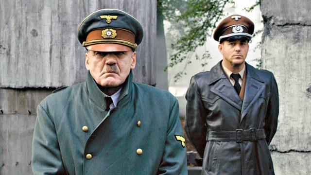 Bruno Ganz Adolf Hitlerinä. Taustalla Heino Ferchin näyttemä arkkitehti Albert Speer.