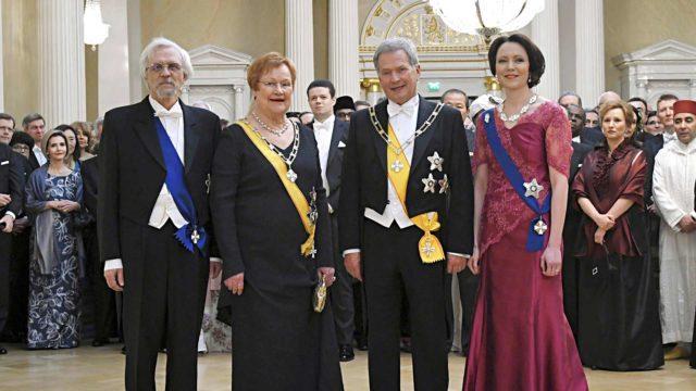 Perinteisessä presidenttiparien yhteiskuvassa oli tänä vuonna vain presidentti Sauli Niinistö ja rouva Jenni Haukio sekä presidentti Tarja Halonen ja Pentti Arajärvi.