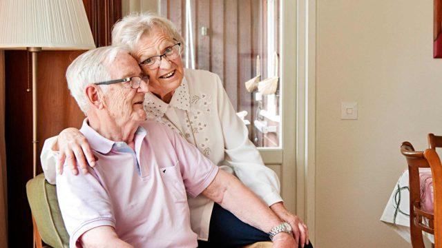 """Ritva ja Pentti tunnustavat olevansa vieläkin rakastuneita. """"Vuosien varrella olemme kasvaneet koko ajan enemmän yhteen. Jos en ole Pentin kanssa, tulee heti ikävä"""", Ritva tunnustaa."""