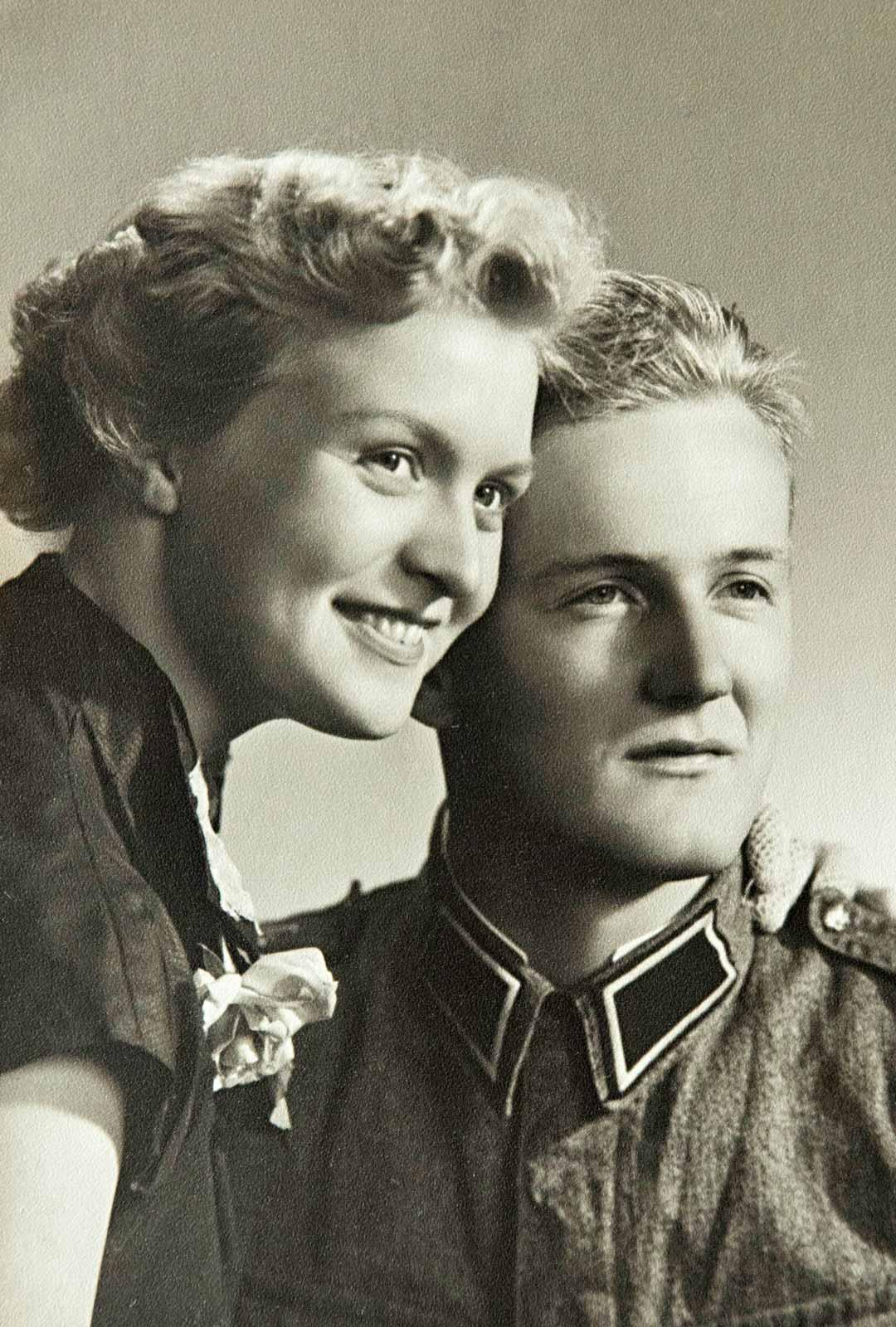 """Kihlat ostettiin 6.6.1954 Pentin ollessa armeijassa. Pentti sai myöntävän vastauksen kirjoitettuaan armeijasta hempeän rakkauskirjeen: """"Rakas nurmilintuni..."""""""