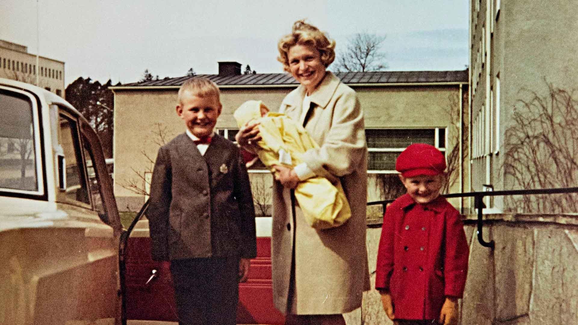 Ylpeät isosisarukset hakemassa pikkuveli Juhaa kotiin Kätilöopistolta 5.5.1967.
