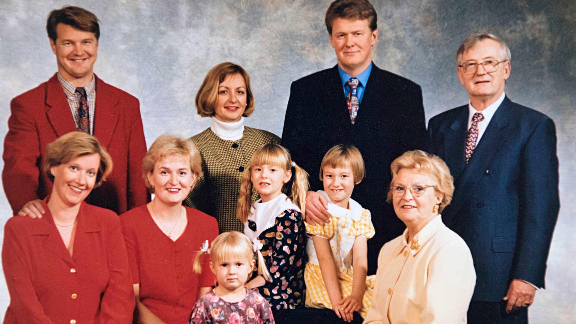 Perhe on kasvanut lasten puolisoilla ja lastenlapsilla. Vuonna 1998 otetusta kuvasta puuttuvat vielä syntymättömät lastenlapset Miki ja Mimosa.