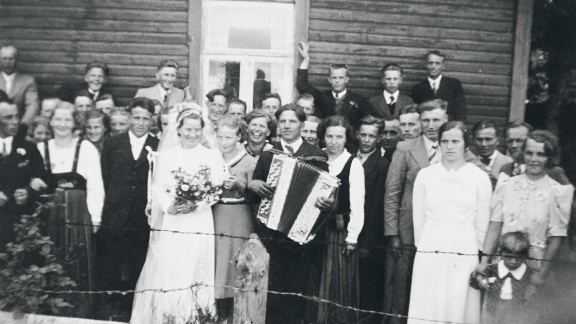 Saima ja Mauno vihittiin juhannuksena 1939, mutta sota heitti liittoon synkän varjonsa ja yhteiselo jäi lyhyeksi.