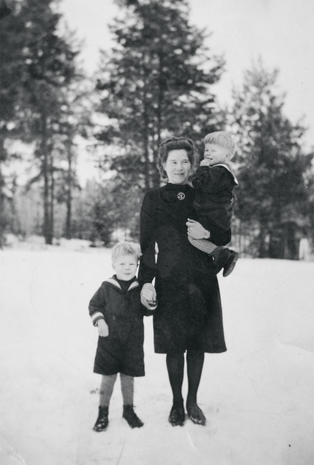 Saima palasi Kuolemanjärvelle poikiensa kanssa vuonna 1943, mutta joutui lähtemään lopullisesti evakkoon 1944.