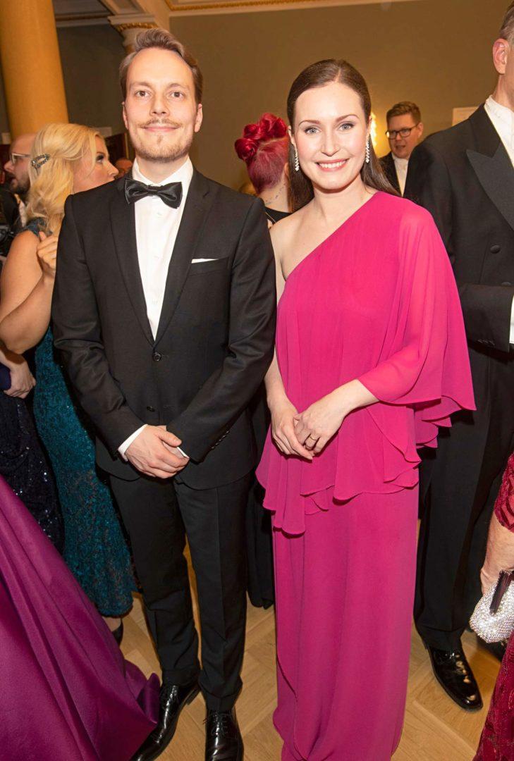 Ministeri Sanna Marin ja puoliso Markus Räikkönen Linnan juhlissa.