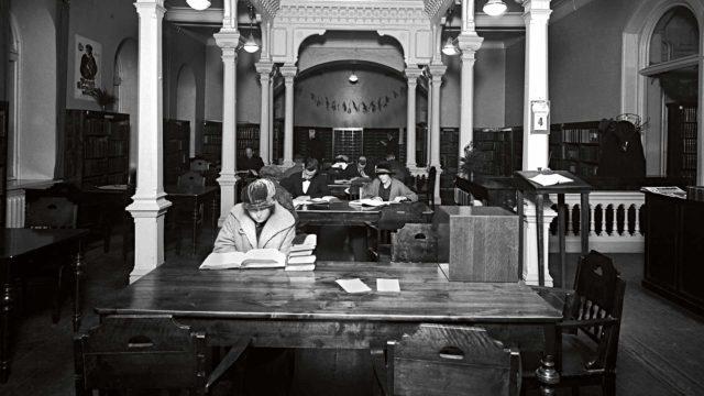 Helsingissä Rikhardinkadun kirjaston lukusalissa oli harras tunnelma vuonna 1924.
