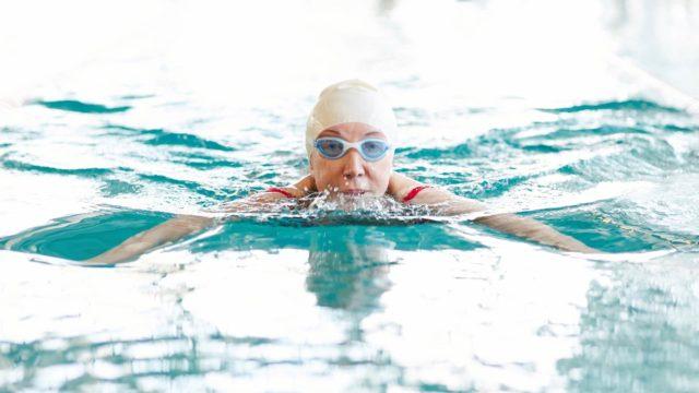 Nostovoiman ansiosta oma keho tuntuu vedessä paljon tavallista kevyemmältä.