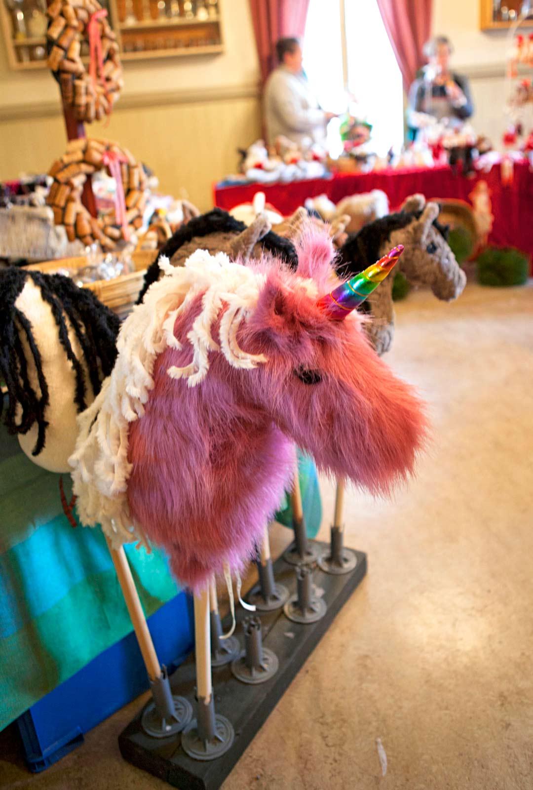 Joulumyyjäisissä tehdään lahja- ja herkkulöytöjä.