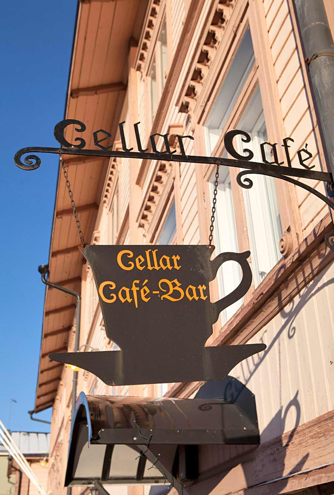 Cellar Cafe sijaitsee Porvoon vanhimman sillan kupeessa.